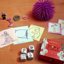 matériel pédagogique et sensoriel, jeux de dés et cartes, figurines colorées